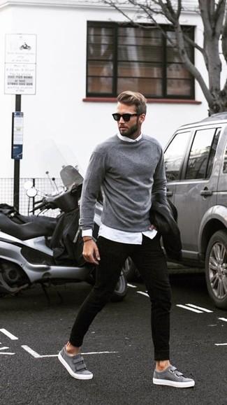 Tenue: Veste motard en cuir noire, Pull à col rond gris, Chemise de ville blanche, Jean skinny noir