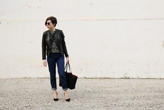 Comment porter: veste motard en cuir noire, pull à col rond à rayures horizontales noir et blanc, jean bleu marine, escarpins en daim noirs