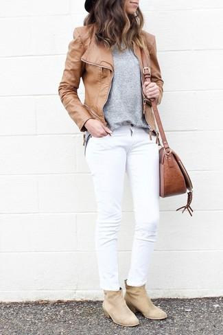 Comment porter: veste motard en cuir marron clair, pull à col rond gris, jean blanc, bottines en daim beiges
