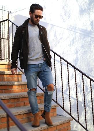 Comment porter: veste motard en daim marron foncé, pull à col rond gris, jean déchiré bleu, bottines chelsea en daim tabac