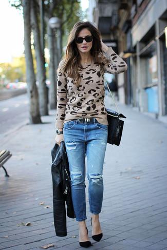 Comment porter: veste motard en cuir noire, pull à col rond imprimé léopard beige, jean déchiré bleu, escarpins en daim noirs