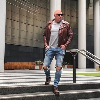 Comment porter: veste motard en cuir marron, pull à col rond gris, jean déchiré bleu, bottes de loisirs en cuir marron