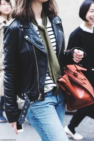 Comment porter: veste motard en cuir noire, pull à col rond à rayures horizontales blanc et bleu marine, jean bleu clair, sac fourre-tout en cuir rouge