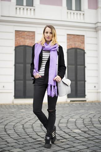 Comment porter: veste motard en laine noire, pull à col rond à rayures horizontales gris, jean skinny déchiré noir, baskets basses en cuir noires et blanches