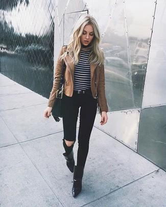 Comment porter: veste motard en cuir marron, pull à col rond à rayures horizontales noir et blanc, jean skinny déchiré noir, bottines en cuir noires