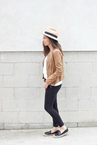 Comment porter: veste motard en cuir marron clair, pull à col rond blanc, jean skinny noir, espadrilles en cuir noires