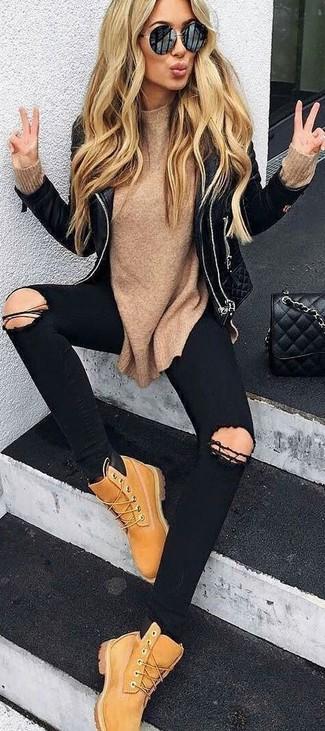 Comment porter: veste motard en cuir matelassée noire, pull à col rond marron clair, jean skinny déchiré noir, bottines plates à lacets en nubuck marron clair