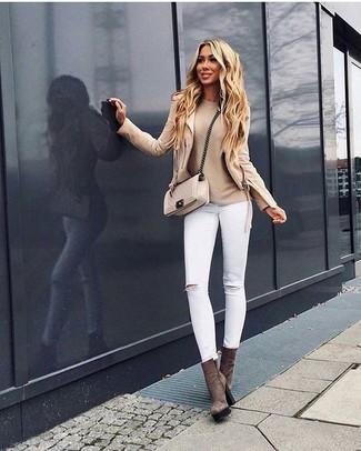 Comment porter: veste motard beige, pull à col rond beige, jean skinny déchiré blanc, bottines en daim marron