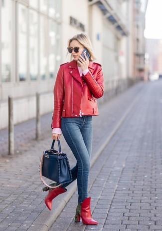 Comment porter: veste motard en cuir rouge, pull à col rond rose, jean skinny bleu marine, bottines en cuir rouges