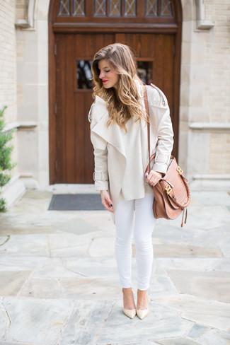Comment porter: veste motard beige, pull à col rond beige, jean skinny blanc, escarpins en cuir beiges