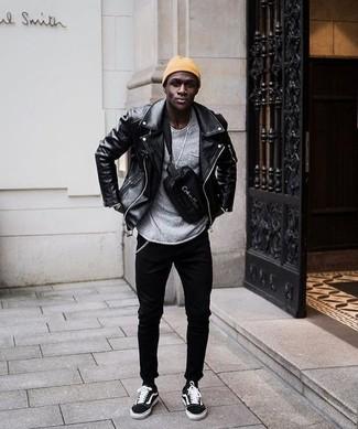 Comment porter: veste motard en cuir noire, pull à col rond gris, jean skinny noir, baskets basses en daim noires