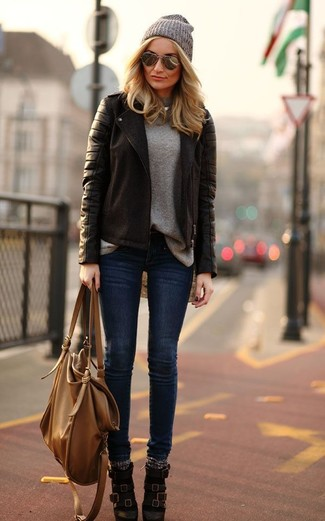 Pour une tenue de tous les jours pleine de caractère et de personnalité pense à harmoniser une veste motard en cuir brune foncée avec un jean skinny bleu marine. Complète cet ensemble avec une paire de des bottines en cuir brunes foncées pour afficher ton expertise vestimentaire.