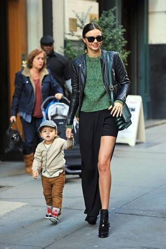 Tenue de Miranda Kerr: Veste motard en cuir matelassée noire, Pull à col rond vert, Jupe longue fendue noire, Bottines en cuir épaisses noires