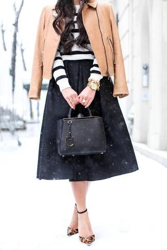 Comment porter: veste motard en cuir marron clair, pull à col rond à rayures horizontales blanc et noir, jupe mi-longue plissée noire, escarpins en cuir imprimés léopard marron