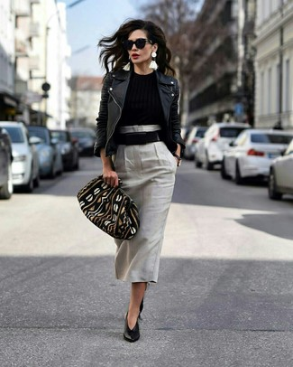 Comment porter: veste motard en cuir noire, pull à col rond noir, jupe mi-longue grise, escarpins en cuir noirs
