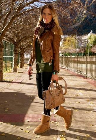 Comment s'habiller pour un style relax: Pense à porter une veste motard en cuir marron et des leggings noirs pour une impression décontractée. Jouez la carte décontractée pour les chaussures et opte pour une paire de des bottes ugg marron clair.