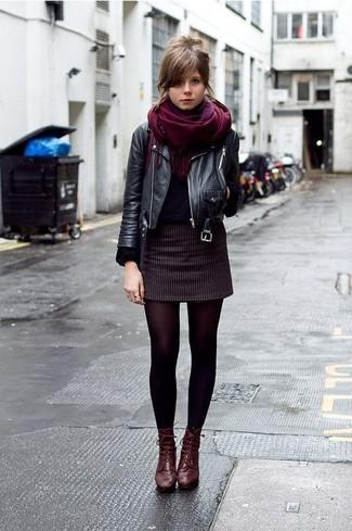 Comment porter: veste motard en cuir noire, pull à col rond noir, minijupe à rayures verticales noire, bottines à lacets en cuir bordeaux