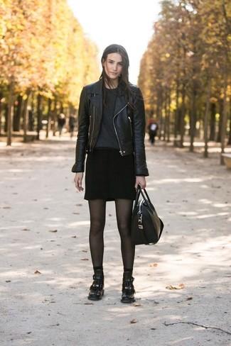 Comment porter: veste motard en cuir noire, pull à col rond noir, minijupe noire, bottines en cuir noires
