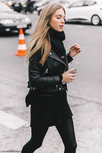 Une veste motard en cuir noire et une écharpe noire Acne Studios communiqueront une impression de facilité et d'insouciance.