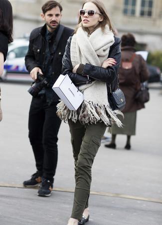 Comment porter: veste motard en cuir noire, pull à col rond olive, pantalon cargo olive, slippers en cuir noirs