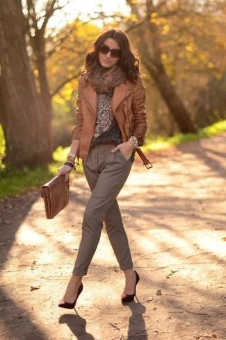 Comment porter: veste motard en cuir marron, pull à col rond imprimé léopard marron, pantalon carotte marron, escarpins en daim bordeaux