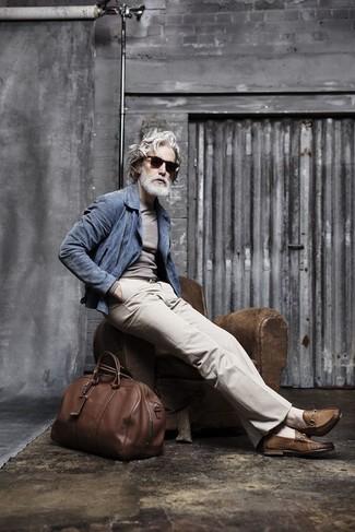 Comment porter: veste motard en daim bleue, pull à col rond gris, pantalon de costume beige, slippers en cuir marron