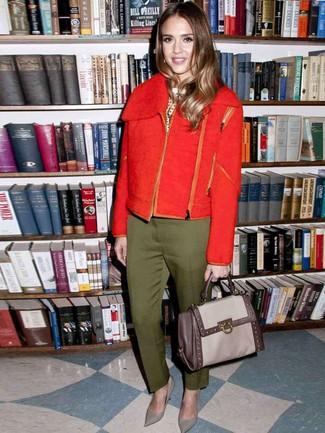 Comment porter: veste motard en laine rouge, pull à col rond á pois blanc et noir, pantalon de costume olive, escarpins en cuir gris