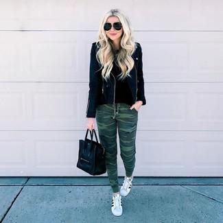 Ce combo d'une veste motard en cuir noire et d'un pantalon de jogging olive dégage une impression très décontractée et accessible. Cette tenue se complète parfaitement avec une paire de des baskets basses en cuir blanches et noires.