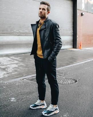 Comment porter: veste motard en cuir noire, pull à col rond moutarde, pantalon de jogging noir, chaussures de sport multicolores