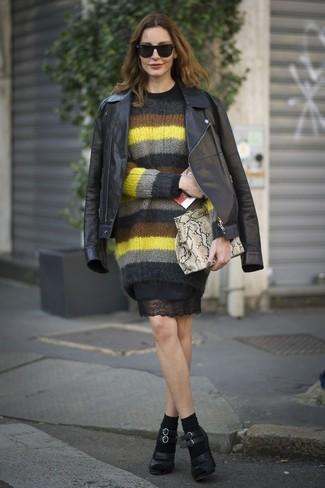Comment porter: veste motard en cuir noire, pull à col rond en mohair à rayures horizontales multicolore, robe fourreau en dentelle noire, escarpins en cuir noirs