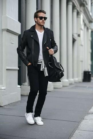 Comment porter un pull à col rond gris: Harmonise un pull à col rond gris avec un jean noir pour une tenue confortable aussi composée avec goût. Termine ce look avec une paire de des baskets basses en toile blanches.