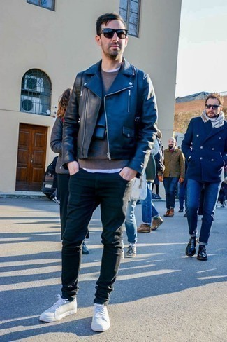 Comment porter un pull à col rond quand il fait chaud: Associe un pull à col rond avec un jean skinny noir pour un déjeuner le dimanche entre amis. Une paire de des baskets basses blanches est une option parfait pour complèter cette tenue.