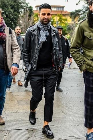 Comment porter un pull à col rond noir: Pour créer une tenue idéale pour un déjeuner entre amis le week-end, essaie d'associer un pull à col rond noir avec un pantalon chino noir. Une paire de des chaussures derby en cuir noires rendra élégant même le plus décontracté des looks.