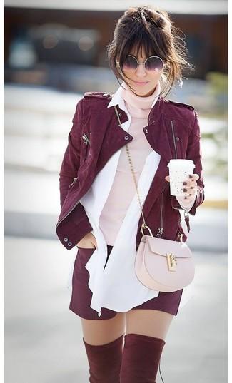 Comment porter: veste motard en daim bordeaux, pull à col roulé rose, chemise de ville blanche, short bordeaux