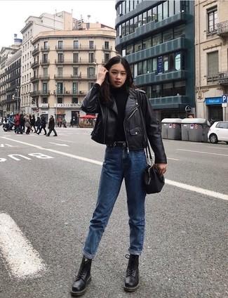 Comment porter: veste motard en cuir noire, pull à col roulé noir, jean boyfriend bleu, bottines plates à lacets en cuir noires