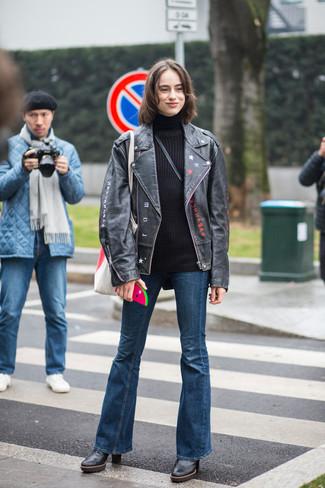 Comment porter: veste motard en cuir noire, pull à col roulé en laine noir, jean flare bleu marine, bottines en cuir noires
