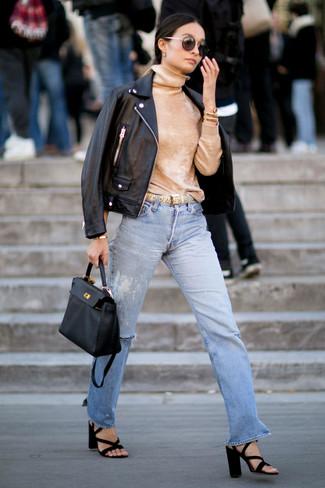 Comment porter: veste motard en cuir noire, pull à col roulé marron clair, jean déchiré bleu clair, sandales à talons en daim noires