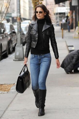 Tenue de Katie Holmes: Veste motard en cuir noire, Pull à col roulé noir, Jean bleu, Bottes hauteur genou en cuir noires