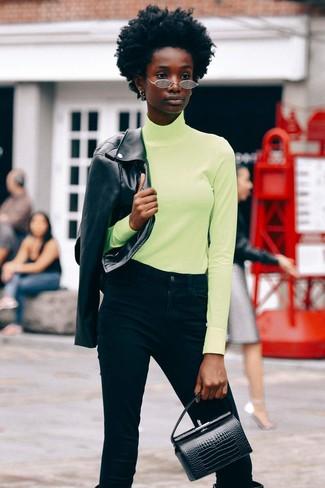 Comment porter: veste motard en cuir noire, pull à col roulé chartreuse, jean noir, bottes hauteur genou en cuir noires