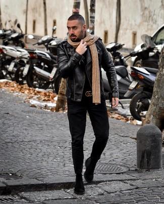 Comment porter: veste motard en cuir noire, pull à col roulé noir, jean noir, bottines chelsea en daim noires