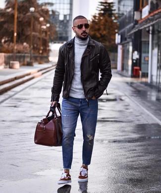 Comment porter: veste motard en cuir marron foncé, pull à col roulé en laine gris, jean déchiré bleu, baskets basses en toile bordeaux