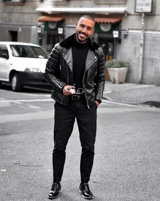 Comment porter: veste motard en cuir noire, pull à col roulé noir, jean noir, bottines chukka en cuir noires