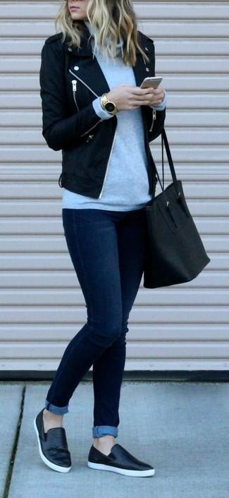 Comment porter: veste motard en laine noire, pull à col roulé gris, jean skinny bleu marine, baskets à enfiler en cuir noires