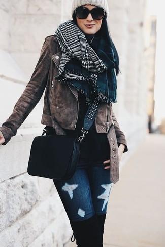 Comment porter: veste motard en daim marron, pull à col roulé noir, jean skinny déchiré bleu marine, cuissardes en daim noires