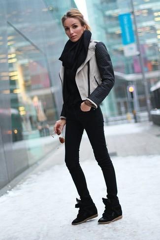 Comment porter: veste motard en cuir noire et blanche, pull à col roulé noir, jean skinny noir, baskets compensées en daim noires