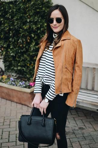 Comment porter: veste motard en daim marron clair, pull à col roulé à rayures horizontales blanc et noir, jean skinny déchiré noir, sac fourre-tout en cuir noir