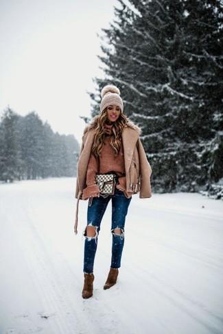 Comment porter: veste motard en laine marron clair, pull à col roulé en tricot marron, jean skinny déchiré bleu marine, bottines en daim marron