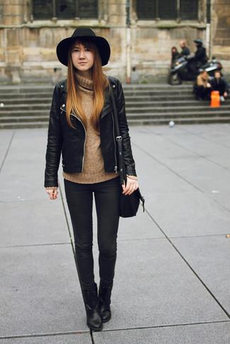 Comment porter: veste motard en cuir noire, pull à col roulé en laine marron clair, jean skinny noir, bottines en cuir noires