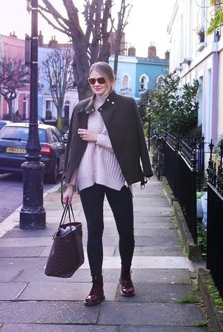 Comment porter: veste motard gris foncé, pull à col roulé en tricot rose, jean skinny bleu marine, bottines plates à lacets en cuir bordeaux