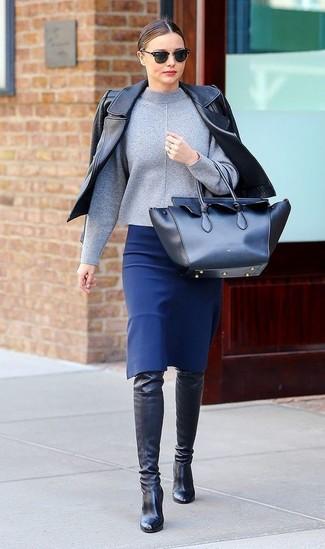 Tenue de Miranda Kerr: Veste motard en cuir noire, Pull à col roulé gris, Jupe crayon bleue, Cuissardes en cuir noires